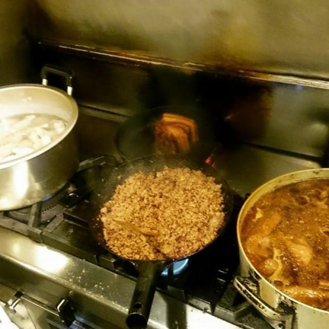 こんにちは!じゅんやです!今日は仕込み開始早々肉まみれ!!!手羽元、イベリコ豚、ボロネーゼ、牛タン。