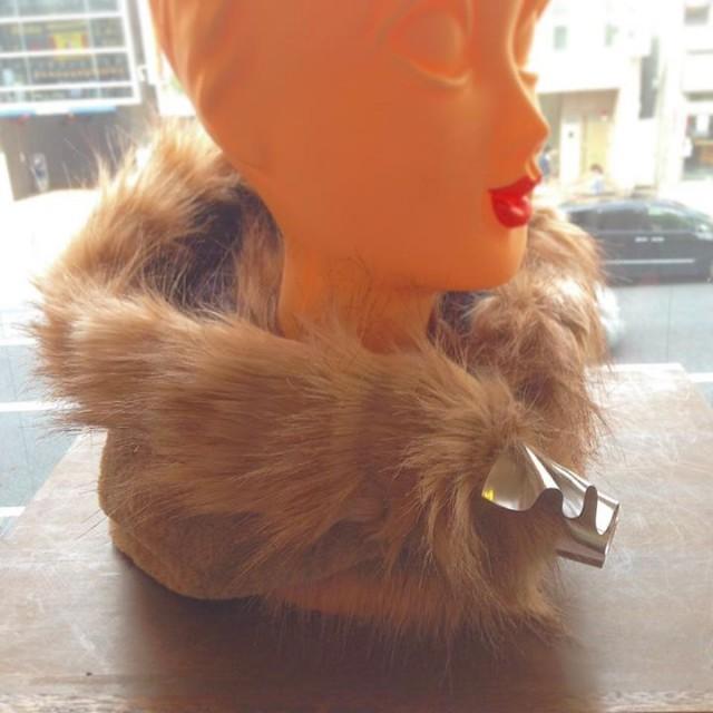 wool,cube,wool!こちらもこれからの季節には欠かせないアイテムです✨✨ファーフードです!!2種のファーを贅沢に使っていて、シルバーとゴールドのフリルで大人可愛く💜💜首元あったか😚😚💕💕お色は2色👍🏻👍🏻極寒の時はかぶりましょ😏👍🏻👍🏻✨