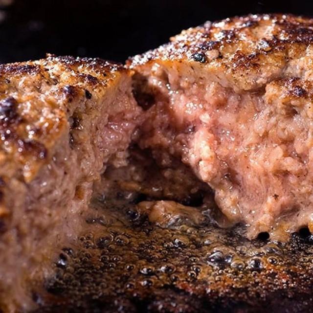 「遂に!有田牛のハンバーグ、イタリア産ホエー豚の角煮が今夜から登場☺️」