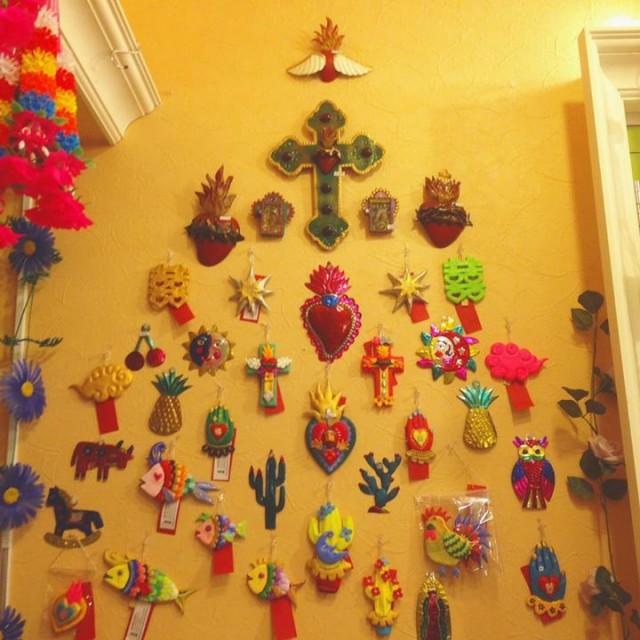 ドリームショップから戻ってまいりましたオハスティム手作りオーナメントと、メキシコのブリキ壁飾りでクリスマスを意識してみました🎄🎄🎄✨