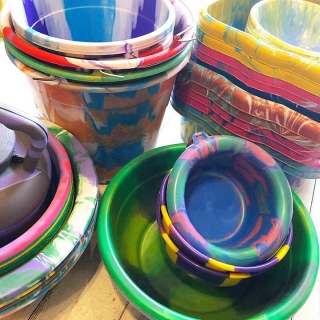 大好評のアフリカのカラフルなプラスチックバケツ類もたっくさん入荷しております