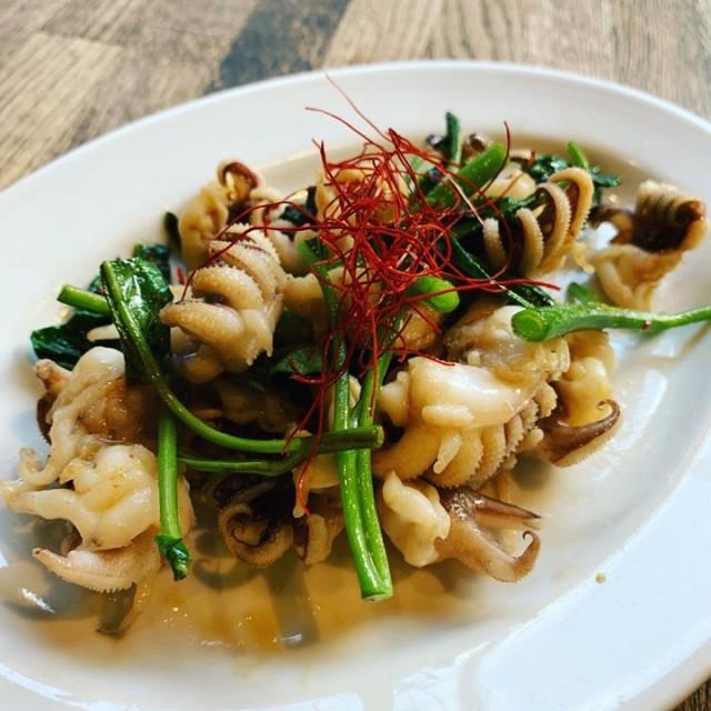 「北海道限定のアレ◎鮭ハラス焼きにイカゲソ空芯菜☺️」