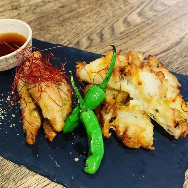 「北海道限定なアレ◎鶏皮餃子と野菜かき揚げセット😆」